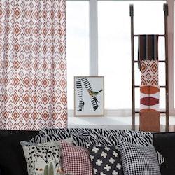 Afrika ett gardinset med dolda hällor. Färg: Vit med ett härligt afrikansk mönster i rost.