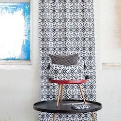 Afrika ett gardinset med dolda hällor. Färg: Vit med ett härligt afrikansk mönster i svart.
