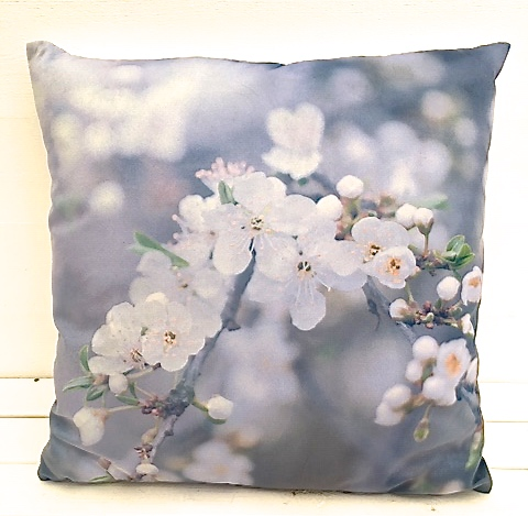 Vårblomster en härlig prydnadskudde i sammet. Färg: Multifärgad. Mått 45 x 45 cm.