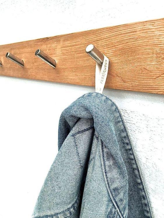 Vägghängare/krokbräda i trä med metallkrok. Färg: Träfärgad med med 6 metallkrokar.