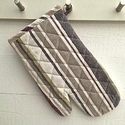 Vertical 2 en grytlapp i 100% bomull. Färg: Vit med beiga, grå, gröna och lila ränder.
