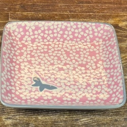Butterfly en rosa fyrkantig assiett med en grå fjäril och kant. Färg: Rosa, grå och vit.