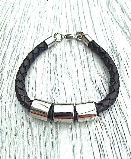Armband i läder och stål. Art.nr 2022. Färg: Svart och stål.