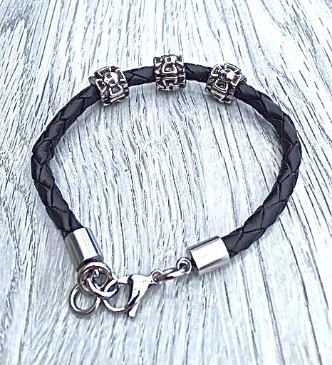 Armband i flätat läder och stål. Art.nr 2054 svart. Färg: Svart och stål.
