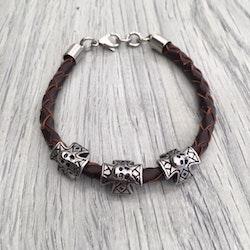 Armband i flätat läder och stål. Art.nr 2054 brun. Färg: Brun och stål.