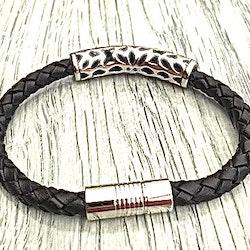 Armband med ett flätat läderarmband och stål. Art.nr 2052. Färg: Svart och stål.