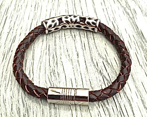 Armband med ett flätat läderarmband och stål. Art.nr 2052 brun. Färg: Brunt och stål.