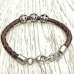 Armband i flätat läder och stål. Art.nr 2051 brun. Färg: Brun och stål.