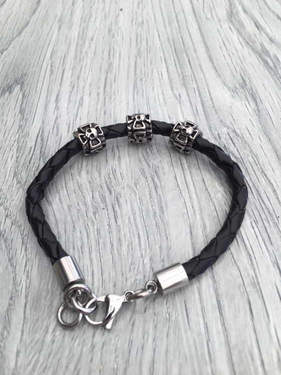 Armband i flätat läder och stål. Art.nr 2051 svart. Färg: Svart och stål.