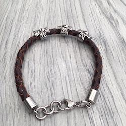 Armband i flätat läder och stål. Art.nr 2053 brun. Färg: Brun och stål.