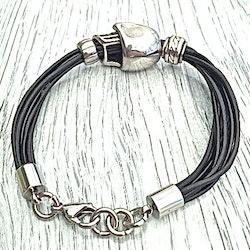 Armband i läder och stål. Art.nr 2027. Färg: Svart och stål.