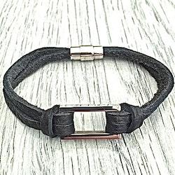 Armband i flätat läder och stål. Art.nr 20209. Färg: Svart och stål.