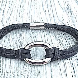 Armband i flätat läder och stål. Art.nr 2056. Färg: Svart och stål.