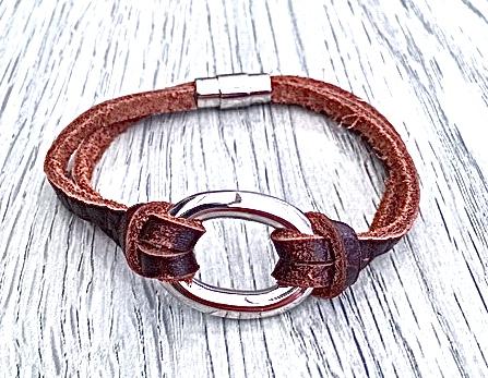 Armband i flätat läder och stål. Art.nr 2056 brun. Färg: Brunt och stål.
