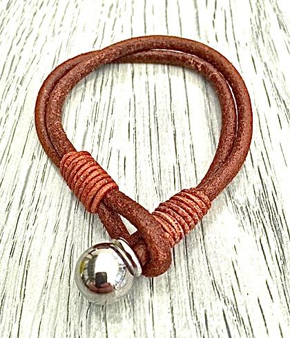 Armband i läder och stål. Art.nr 2049 brun. Färg: Brunt och stål.