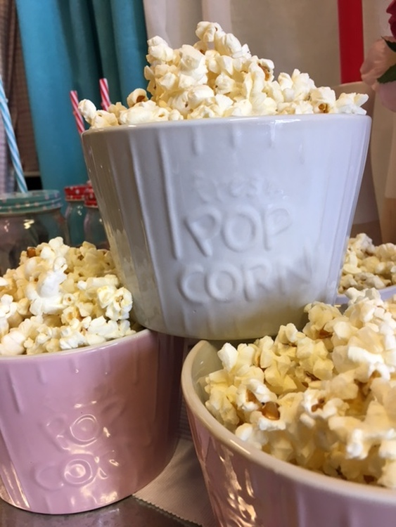 Popcornskål i vitt. Mått 14 x 9 cm. Material stengods. Skålarna tål micro, ugn och diskmaskin.