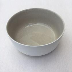 Frukostskål Skagen en ¨mixa och matchaservis¨ i beige med en vit undersida från Modern house.  Mått D 14 cm, H 6 cm.