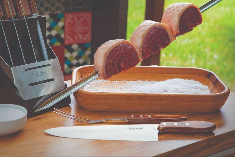 Grillspett från Tramontina med ett V format spett och trähandtag i körbärsträ. Färg: Stål med ett trähandtag i körsbärsträ.