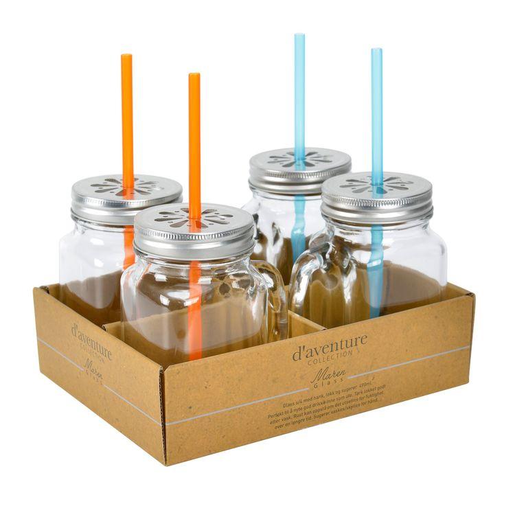 Maren ett glas med handtag, lock och sugrör från Modern house. Färg: Transparent glas med ett plåtlock.