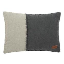 Rustik dubbel är ett avlångt kuddfodral. 22654-98. Färg: Två grå toner med en tuff fransad söm på framsidan.