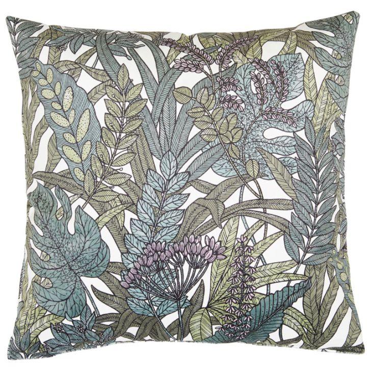 Tropical leaves ett underbart kuddfodral i sammet, art.nr 30503-78. Färg: Vit botten med blad i gröna toner.