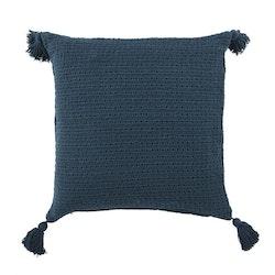 Whitby ett härligt kuddfodral med tofsar i hörnen, art.nr 22636-67. Färg: Blå.