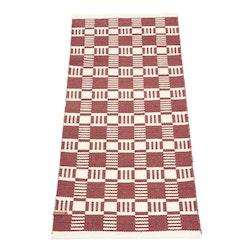 Cotton quadrat en garnmatta i bomull, mått 70 x 140 cm, art.nr 22887-39. Färg: Roströd och vit.