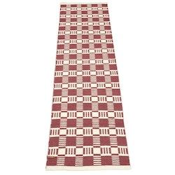 Cotton quadrat en garnmatta i bomull, mått 70 x 240 cm, art.nr 22888-39. Färg: Roströd och vit.