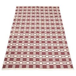 Cotton quadrat en garnmatta i bomull, mått 160 x 230 cm, art.nr 22889-39. Färg: Roströd och vit.