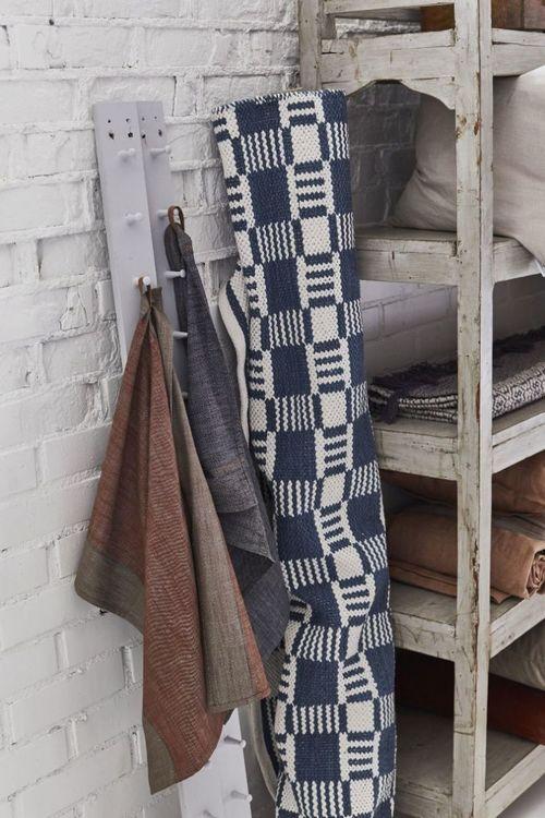 Cotton quadrat en garnmatta i bomull, mått 70 x 240 cm, art.nr 22888-57. Färg: Blå och vit.