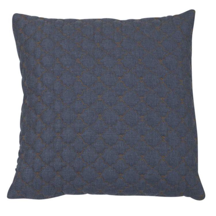 Laurence ett quiltat kuddfodral, art.nr 22403-56. Färg: Jeansblå med gula sömmar i quiltningen.