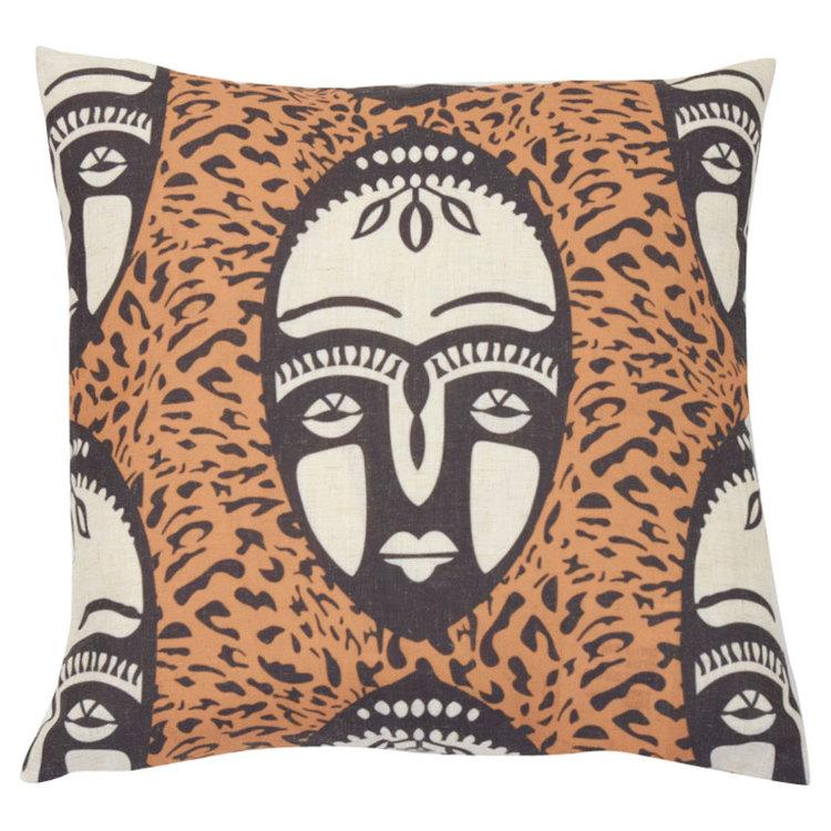 Umlani face är ett kuddfodral med ett härligt etniskt mönster, art.nr 22399-15. Färg: Rost, svart och off-white.