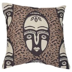 Umlani face är ett kuddfodral med ett härligt etniskt mönster, art.nr 22399-95. Färg: Mullvad, svart och off-white.