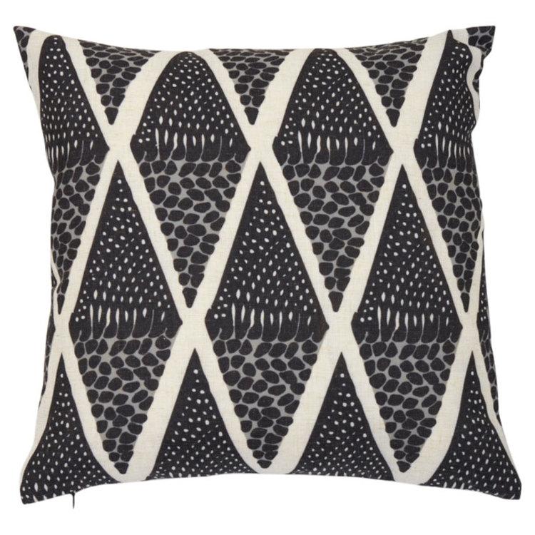 Umlani etno är ett kuddfodral med ett härligt etniskt mönster, art.nr 22398-95. Färg: Svart, grått och off-white.