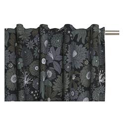 Fiona är en gardinkappa med multiband, art.nr 9571-57-007. Färg: Svart med gråa och gröna blommor.