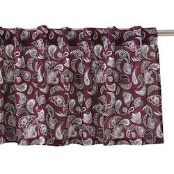 Stafford är en gardinkappa med hällor, art.nr 8890-57-044. Färg: Vinröd med ett paisleymönster i vitt och svart.