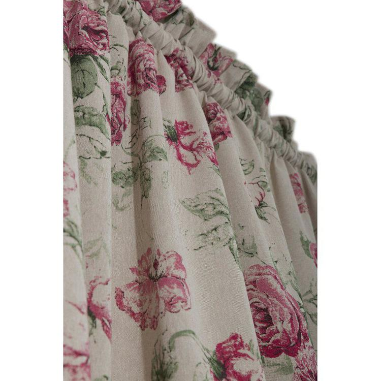 Rosor ett gardinset med kanaler, art.nr 9938-69-005. Färg: Linnebotten med rosaröda rosor och gröna blad.