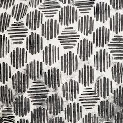 Brynolf en färdigsydd gardinkappa med sydda hällor. Färg: Vit och svart.