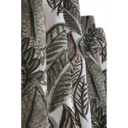 Växande är ett underbart höstfärgat gardinset med multiband, art.nr 9793-20-072. Färg: Vit botten med grågröna, rosa och svart.
