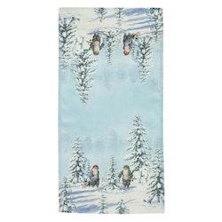 Vinter en löpare med ett härligt julmotiv, art.nr 9907-81-008. Färg: Vita och blå toner med tomtar i ett vinterlandsskap.