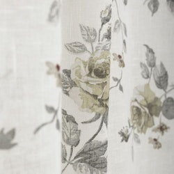 Alina ett gardinset med multiband, art.nr 1088-20-010. Färg: Vit med beiga blommor och grå blad.