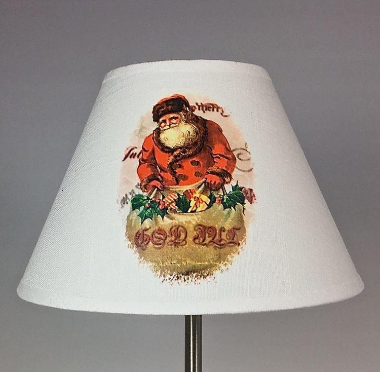 Lampskärm Tomte liten. Färg: Off-white med ett klassiskt tomtetryck.