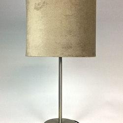 65792 en bordslampa med sammetsskärm med E 14 sockel. Färg: Foten i borstad stål och skärmen i mullvadsfärgad sammet.