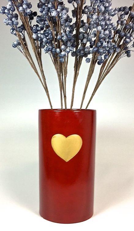 Hjärta en cylinderkruka/vas. Färg: Röd med ett guldhjärta.