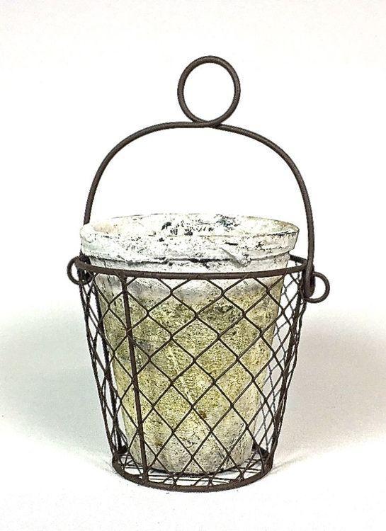 Kruka Rustik 1 i en metallkorg. Färg: Vit kruka i en ärjad metallkorg.