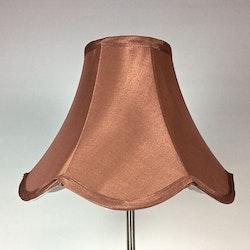 Vågig en lampskärm med fäste för E14 sockel. Färg: Brun.