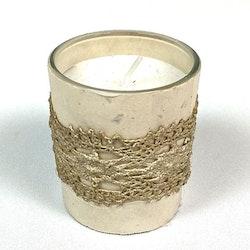 Lace ett stearinljus i glaskopp. Färg: Vit.