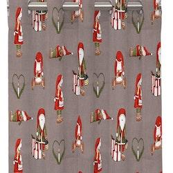 Nissar ett julgardinset med öljetter från Redlunds. Färg: Grå med små tomtenissar i rött och grönt.