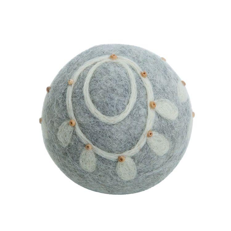 Millys en grankula i tovad ull, art.nr 9953-72-010. Färg: Grå med ett naturfärgat mönster..