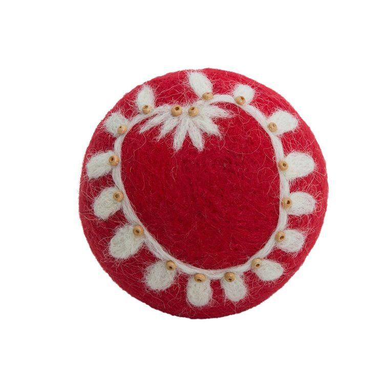 Svally en grankula i tovad ull, art.nr 9952-72-004. Färg: Röd med ett naturfärgat mönster..